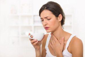 Nước muối ấm trị đau rát cổ họng