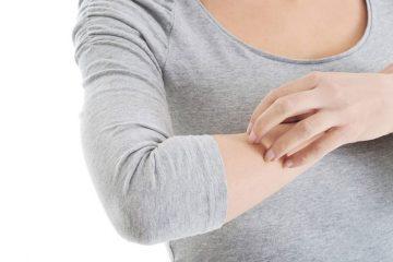 Nổi mụn nước ngứa ở cánh tay và các bệnh lý liên quan