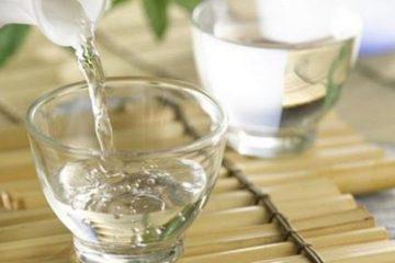 Trị nổi mề đay bằng rượu sao cho đúng? Nên thoa hay nên uống?