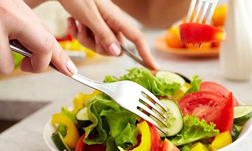 Người bị dị ứng nổi mề đay nên ăn gì và uống gì tốt nhất?